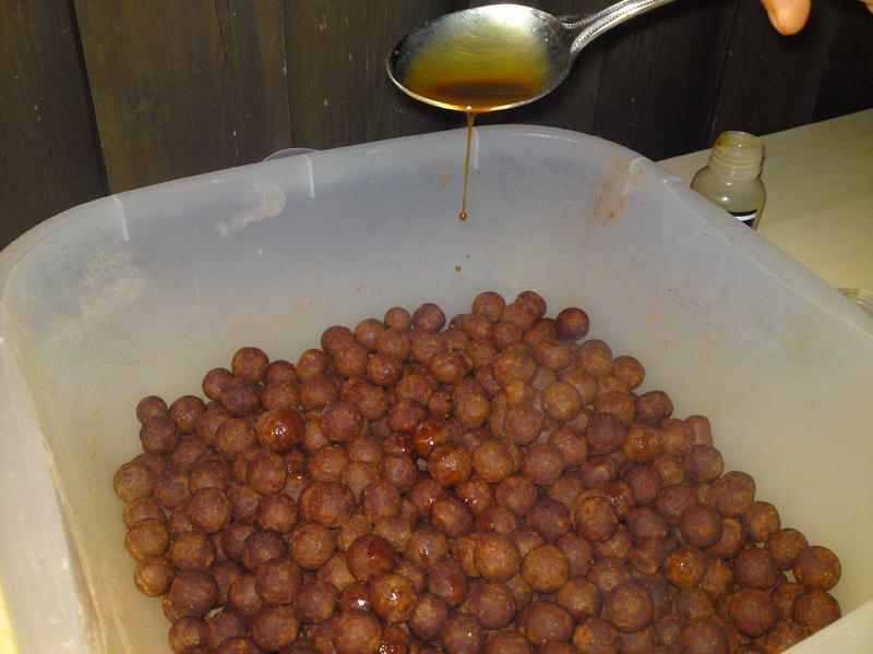 Posipanje toplih mamaca sa tecnim aditivima (amino kiseline i tecni ekstrakti)